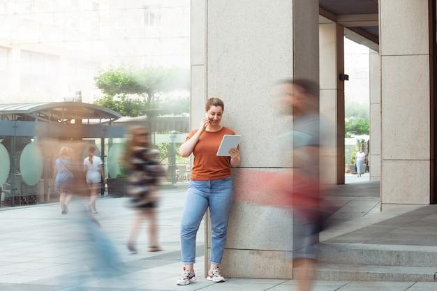 Modelo de talla grande inclusiva femenina caucásica en su rutina diaria estilo de vida de tolerancia a la realidad