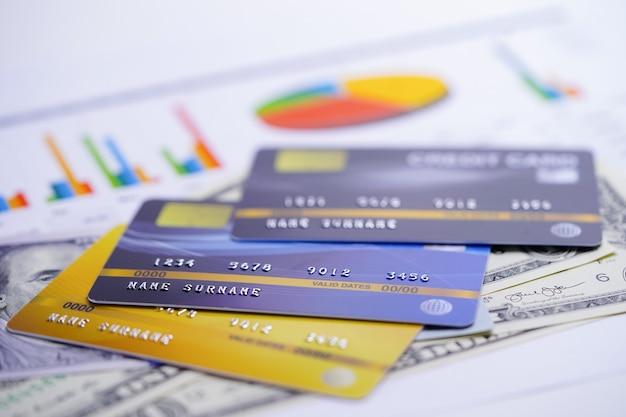 Modelo de tarjeta de crédito en papel de tabla y gráfico.