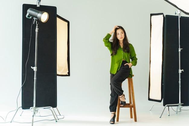 Modelo de tiro completo posando en studio