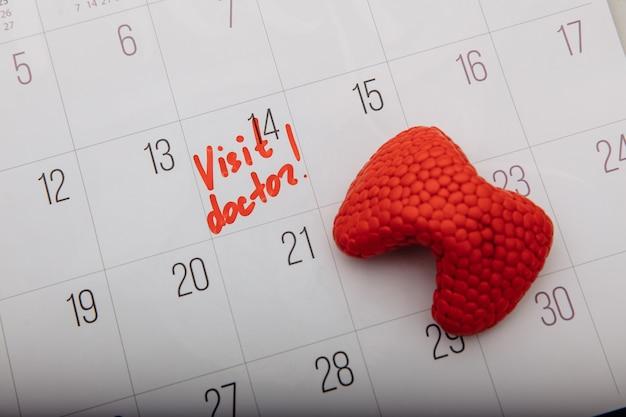 Modelo de tiroides en calendario con marca. concepto de salud.