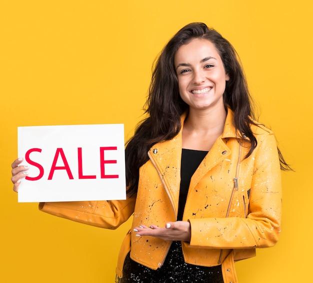 Modelo de venta de viernes negro sosteniendo un banner de venta