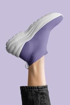 Modelo vistiendo zapatillas moradas ropa de mujer