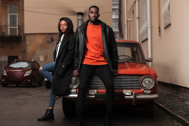 Modelos afroamericanas posando en auto