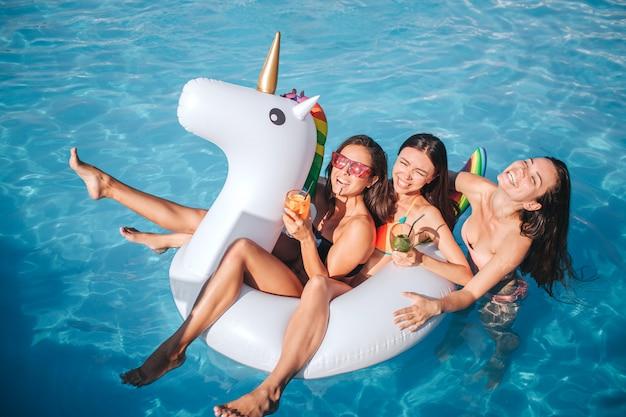 Los modelos estan en piscina