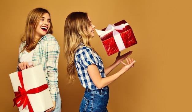 Modelos con grandes cajas de regalo posando