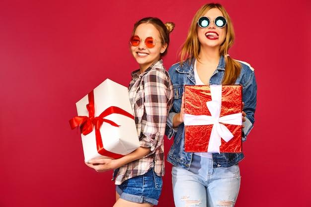 Modelos con grandes cajas de regalo.
