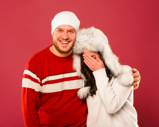 Modelos de moda de invierno abrazando