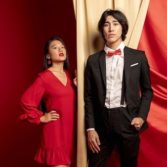 Modelos posando con cortina para año nuevo chino