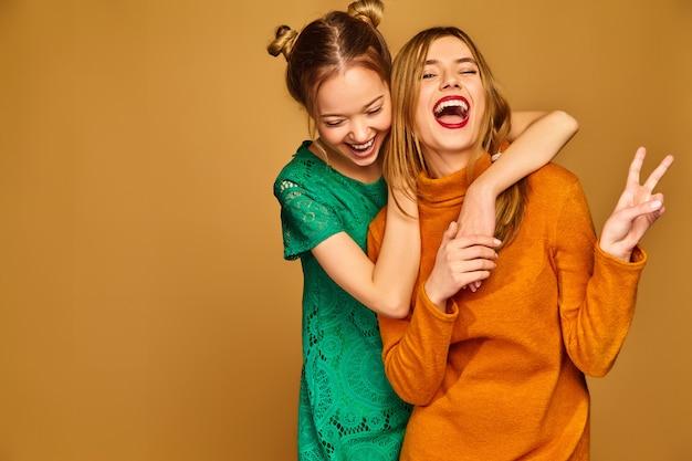 Modelos positivos posando con sus vestidos.