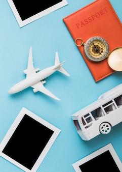Modelos de vehículos, pasaporte y marcos de fotos retro.