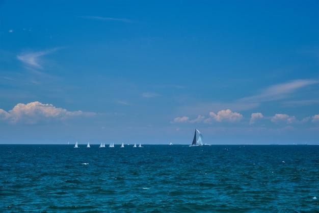 Modelos de yates y yates rc en el mar de atenas grecia