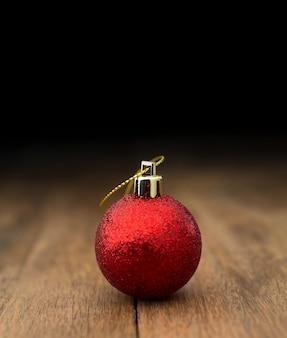 Moderna bola roja de navidad en mesa de madera