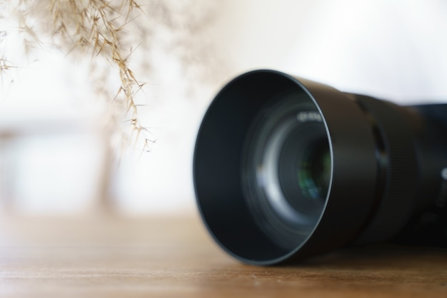 Moderna cámara con lente para fotografía profesional.