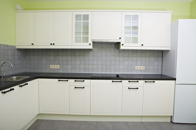 Moderna cocina blanca en el apartamento.