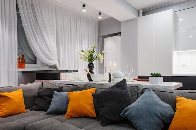Moderna cocina blanca y sala de estar