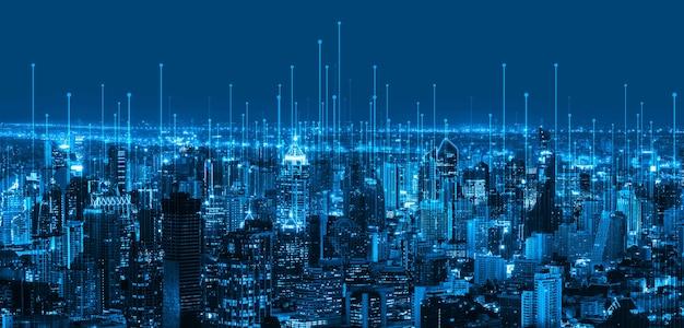 La moderna comunicación creativa y la red de internet se conectan en la ciudad inteligente.