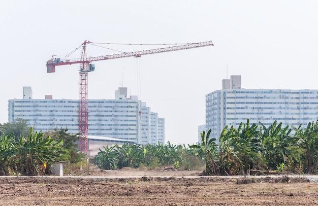 Moderna grúa alta en el sitio de construcción.