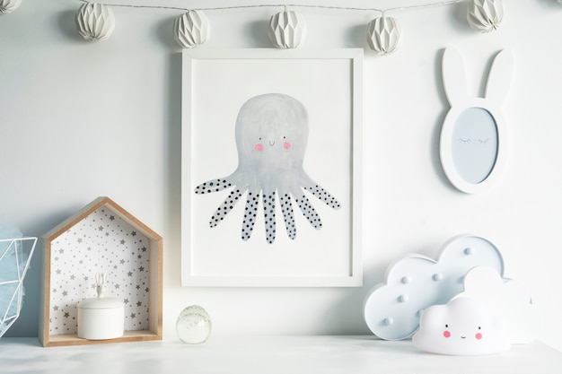 La moderna habitación escandinava para bebés con marco de fotos simulado y plantilla de accesorios para niños