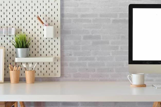 Moderna oficina en casa, maqueta de computadora de escritorio con pantalla en blanco en el espacio de trabajo blanco