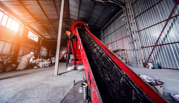 En la moderna planta de reciclaje. cinta transportadora para transporte de basura