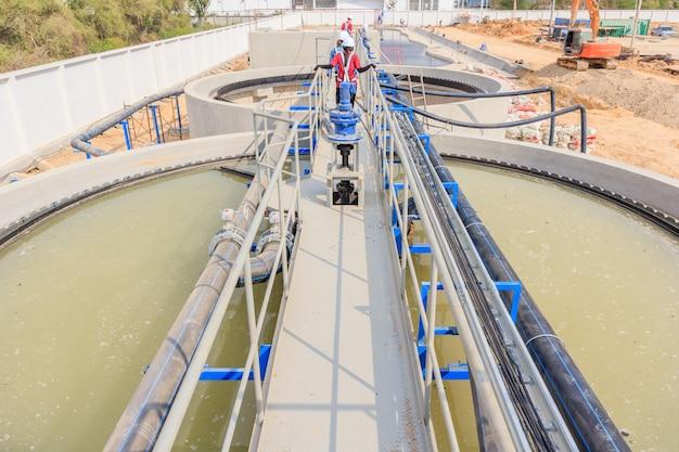 Moderna planta de tratamiento de aguas residuales urbanas.