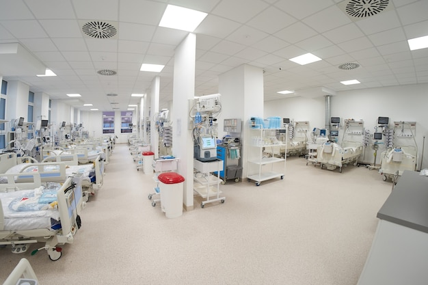La moderna sala de emergencias de cuidados intensivos temporal vacía está lista para recibir pacientes con infección por coronavirus.