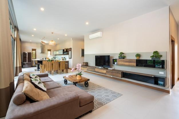 Moderna sala de estar en casa espaciosa
