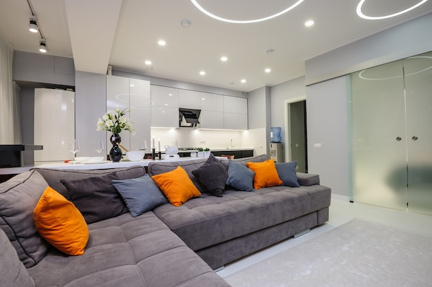 Moderna sala de estar y cocina blancas