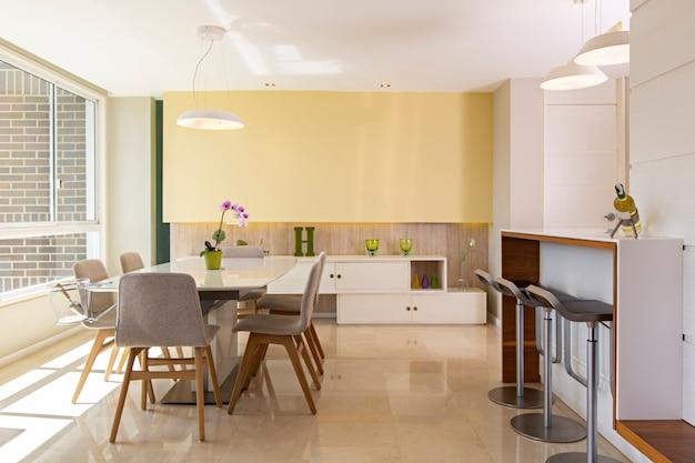 Moderna sala de estar con cocina integrada.