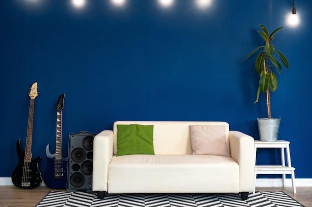 Moderna sala de estar interior con sofá blanco contra la pared azul