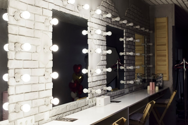 Moderna sala de maquillaje con espejos.