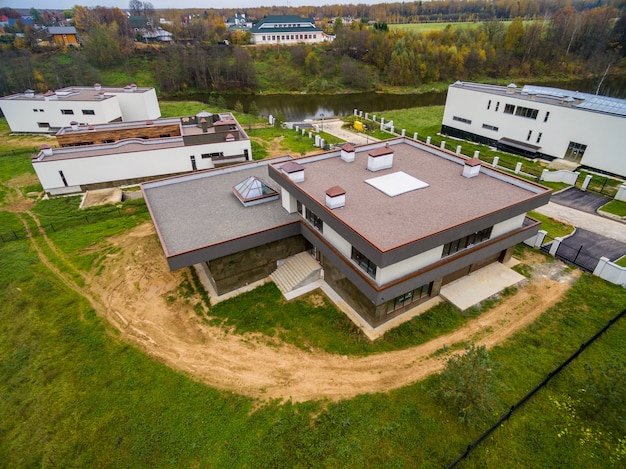 Modernas casas de campo en construcción
