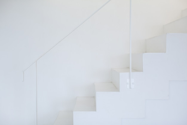 Modernas escaleras blancas, estilo minimalista.
