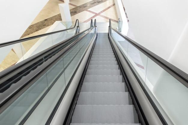 Modernas escaleras mecánicas de lujo en el edificio interior