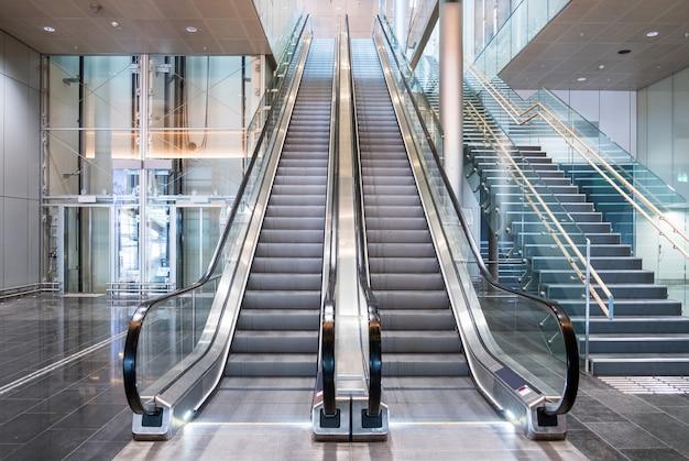 Modernas escaleras mecánicas de lujo con escalera.