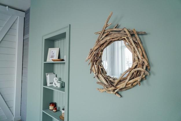 Moderno y acogedor interior en color menta, detalles de decoración ecológica.