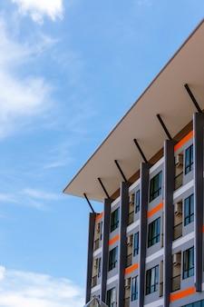 Moderno apartamento comercial nuevo, edificio de condominios.