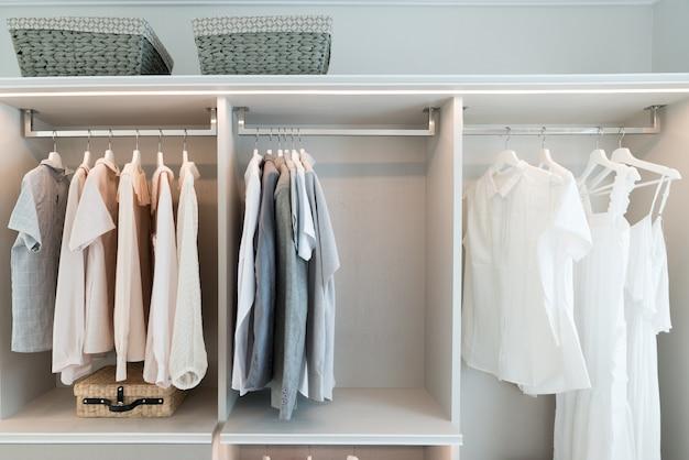 Moderno armario interior con camisa y vestido en estante.