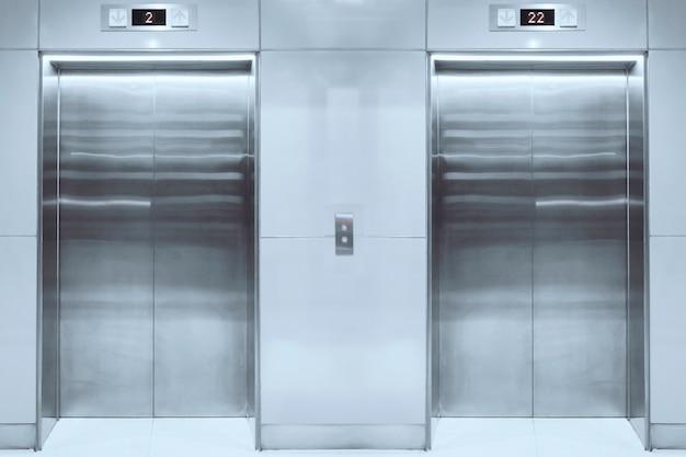 Moderno ascensor con puertas cerradas en lobby.