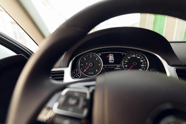 Moderno auto iluminado salpicadero y volante