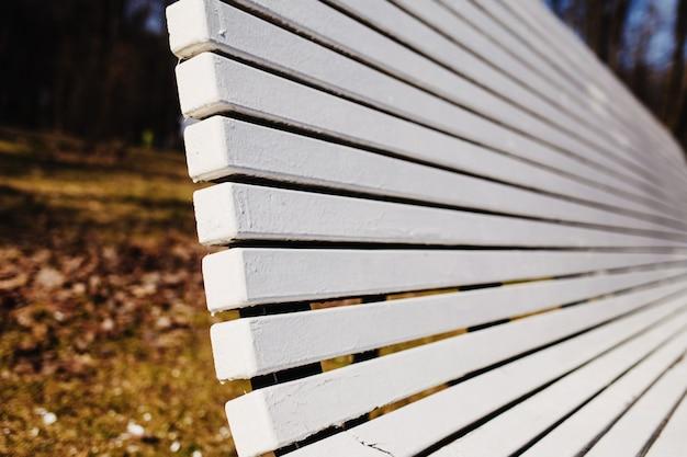 Moderno banco de madera blanca en forma de s curvo detalle de muebles de exterior