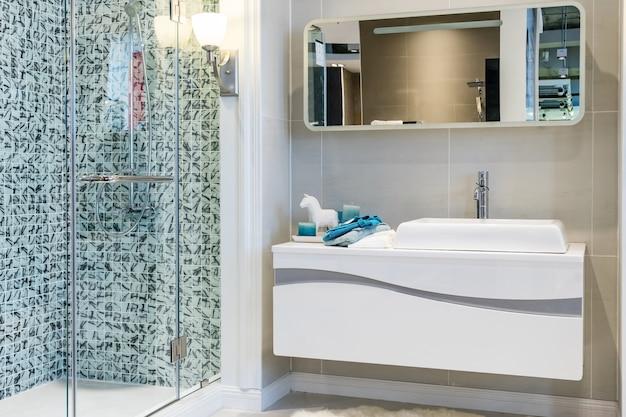 Moderno baño en suite con ducha grande.