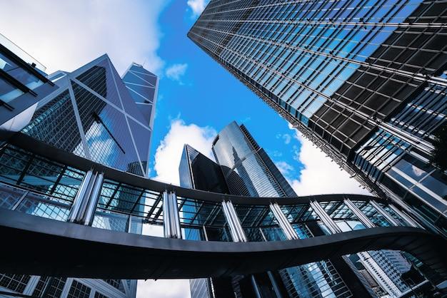 Moderno centro de negocios en hongkong. rascacielos en área comercial en hongkong.