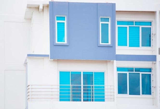 Moderno de ventana y puerta en nuevo condominio