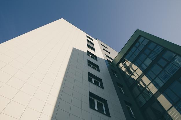 Moderno edificio de apartamentos con vidrio.