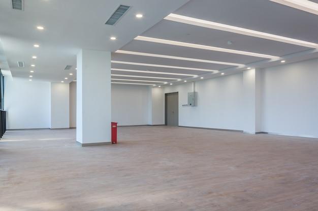 Moderno edificio comercial vacío en el interior