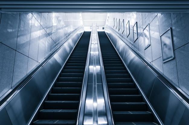 Moderno escaleras mecánicas en el centro comercial