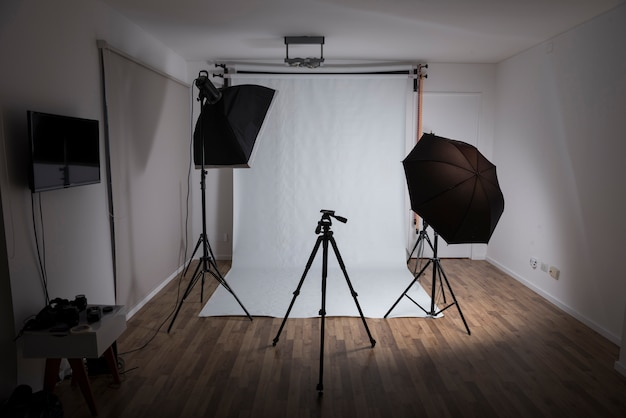 Moderno estudio fotográfico con equipos profesionales.