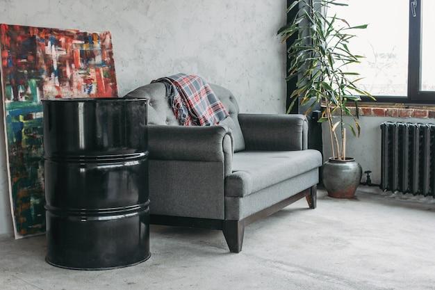 Moderno interior de loft ecológico en sala, piso de concreto, sofá, estudio minimalista