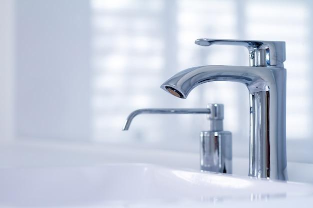 Un moderno lavamanos con grifo en estilo minimalista